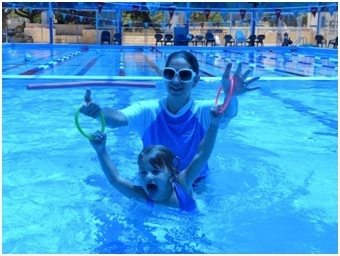 תרגול בבריכה לפעוטות סביב גיל שנתיים