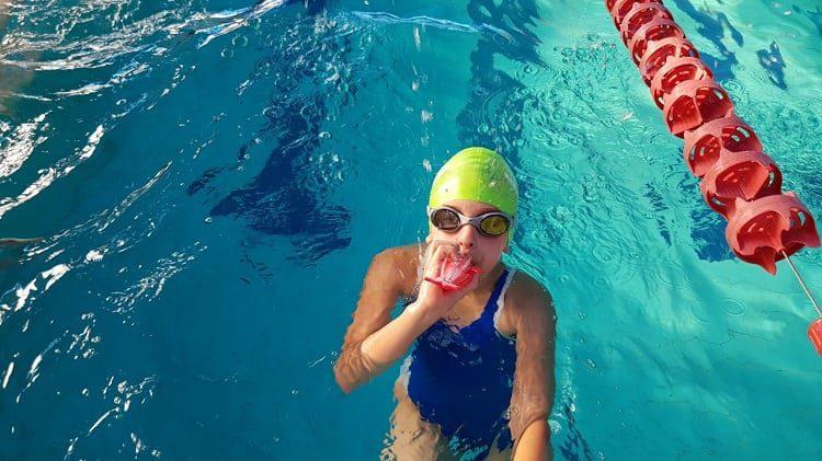שיפור הנשימה בשחייה: נשיפה עם דולפין