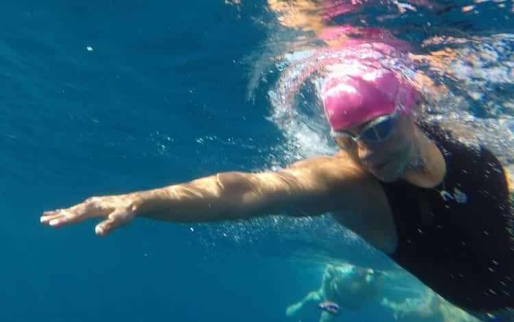 יונית נטף - מאמנת שחייה בים