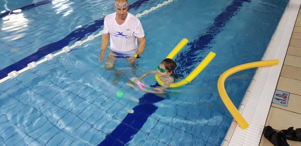 משחקים חשובים לפעילות עם ילדכם בבריכה לקידום יכולת השחייה שלהם